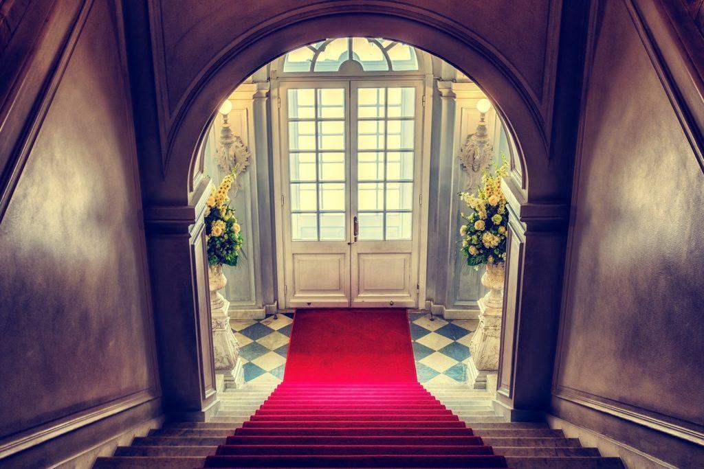 Escalier face à la porte d'entrée