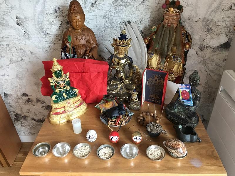 Miroir ba gua et talisman sur autel