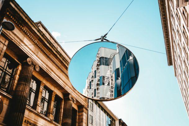 miroir en face porte